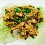 Gebakken rijst met groente en gerookte kip