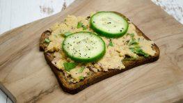 Eiwitrijk brood met Hummus-tonijn en komkommer