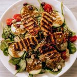 Gegerilde Zalm-Salade met Groenten en Pepersausje