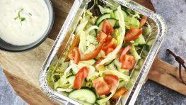 Gezonde kapsalon met zoete-aardappelfrietjes en zelfgemaakte knoflooksaus