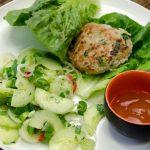 Kipburgers met komkommer salade