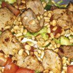 Makkelijke salade met varkenshaas en pijnboompitjes