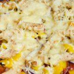 Proteïne pizza met gegrilde kip en groenten