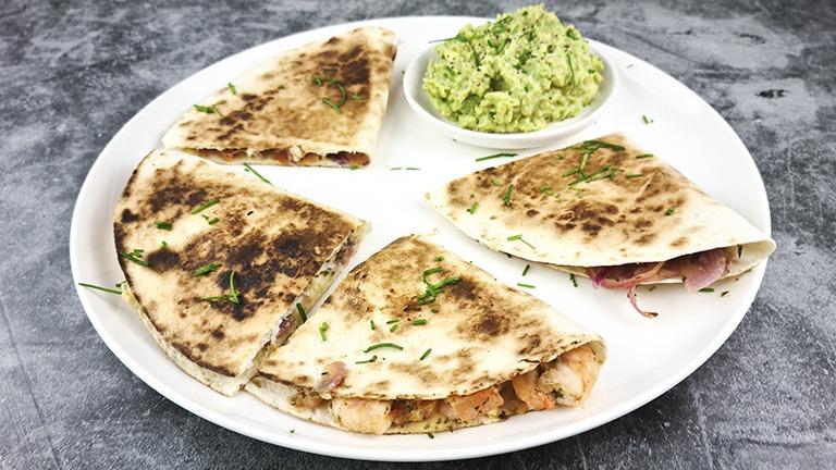 Quesadilla met garnalen en guacamole