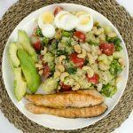 Quinoa salade met zalm, avocado en ei