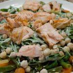 Salade van gegrilde zalm, kikkererwten en groenten